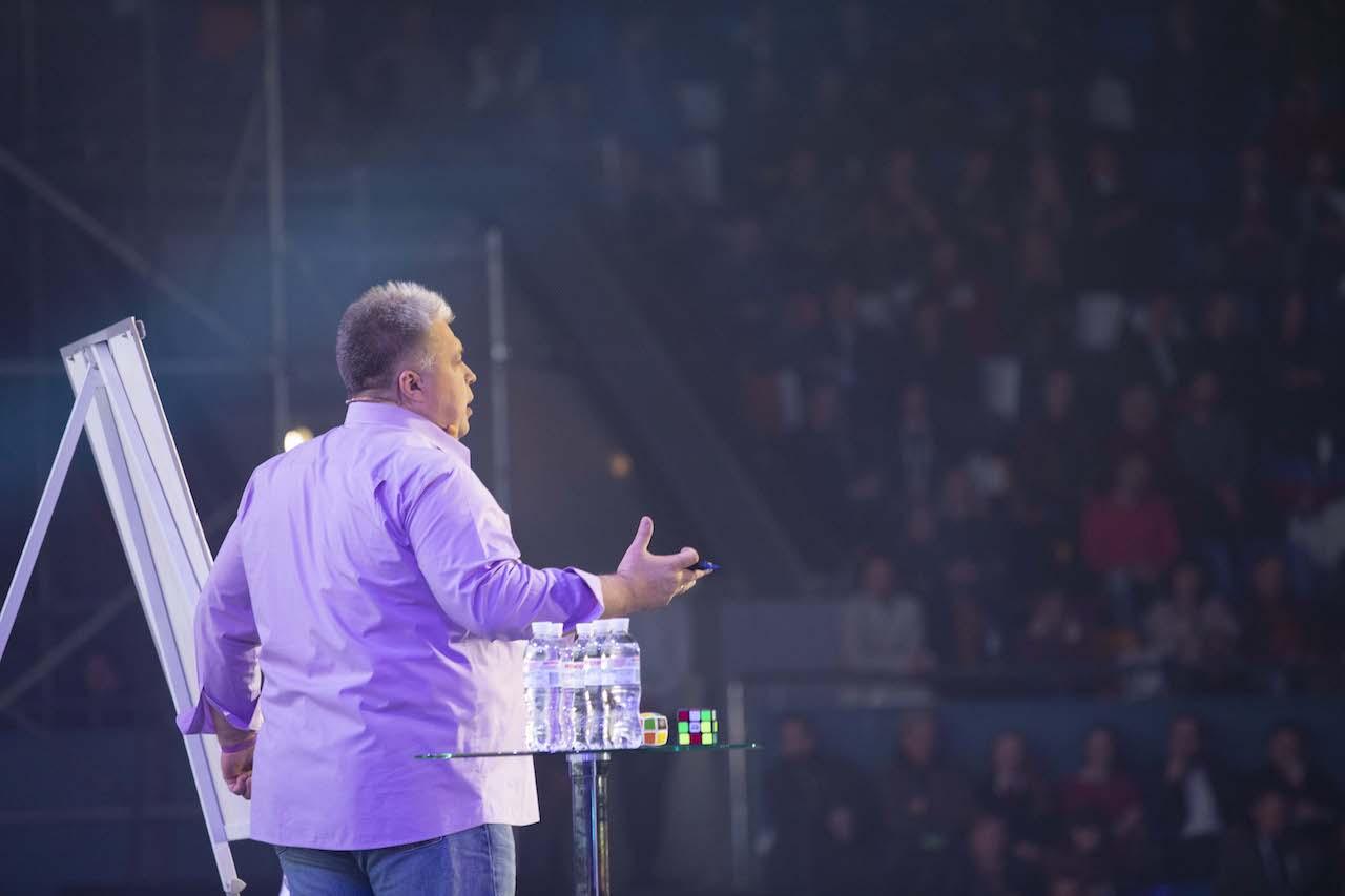 Algirdas Karalius kalba prieš auditoriją